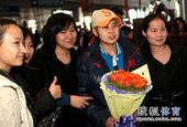 图文:中国短道速滑队载誉回国 王濛人气很旺