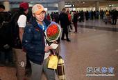 图文:中国短道速滑队载誉回国 王濛在机场