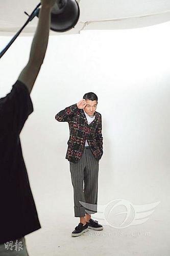 刘德华穿帅气套装摆pose 低头抬手卖萌(图)图片