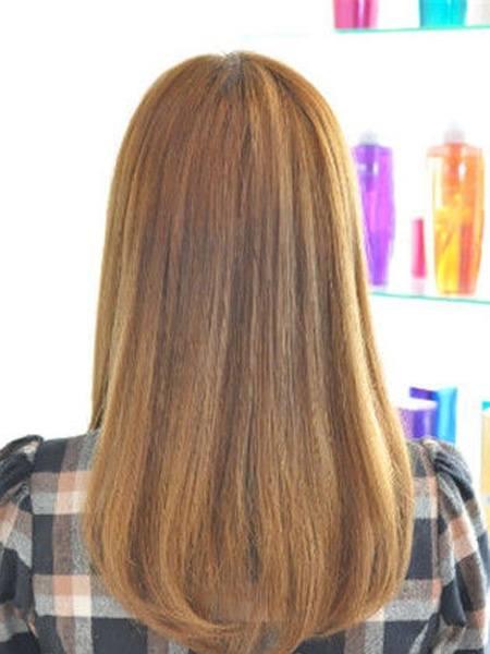 金黄色的头发在阳光下显得既年轻又活泼大方,直发会让人显得清纯学生图片
