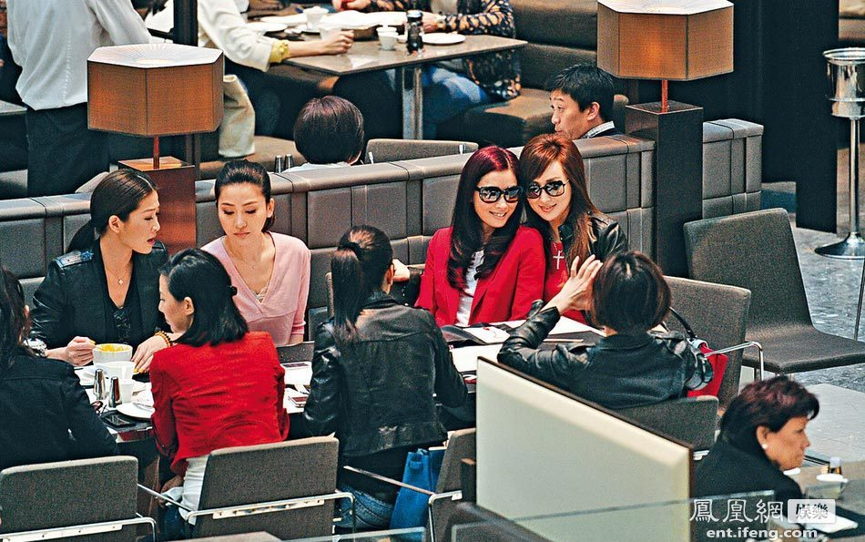 美女 日照/2013年3月12日,香港,众名媛周汶锜、周丽淇姐妹