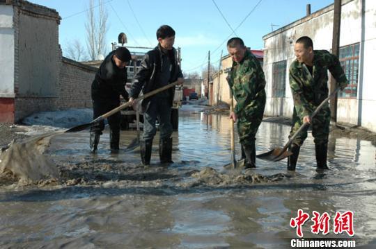 3月中旬,新疆北疆局部发生融雪性洪水,官民防洪、 柳鹏 摄