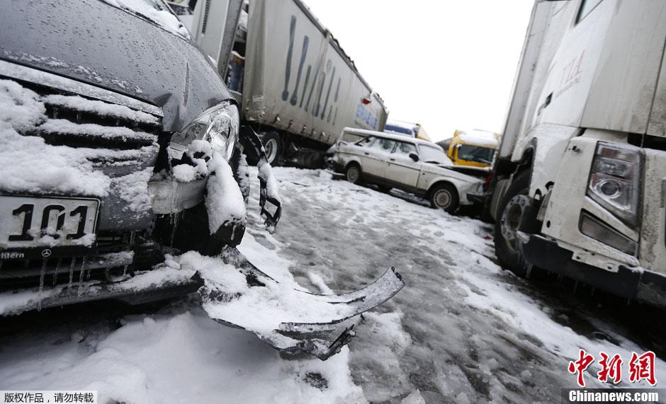 德国大雪致高速公路百余辆车连环追尾