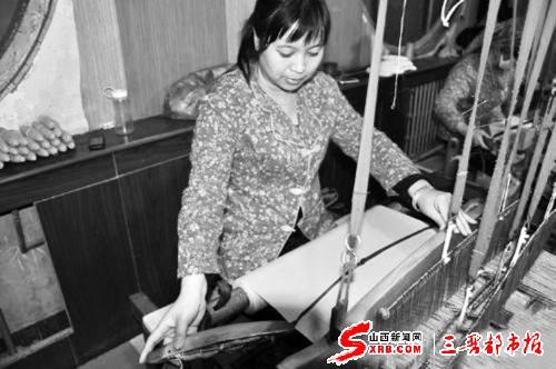 李红婷在织布。(图片由李红婷提供)