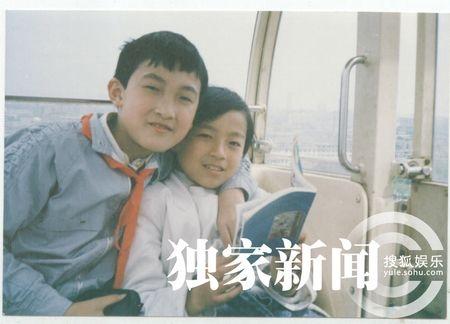 汪小菲与发小在小学时合影留念