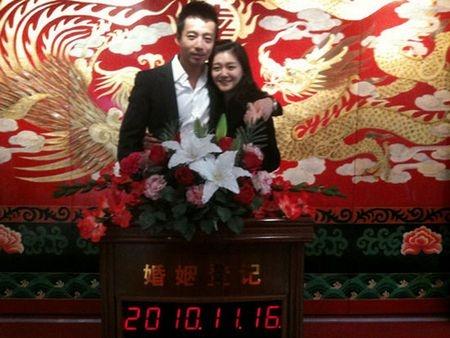汪小菲和大S在婚姻登记处拍的结婚照