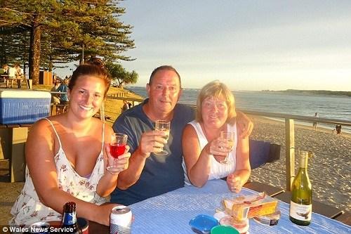 保罗(中)和妻子温迪(右),女儿瑞秋(左)在澳大利亚的合影