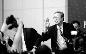 记者会结束后,周小川向记者挥手告别。新华社发