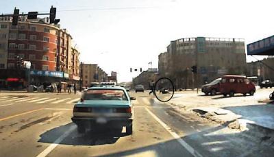 协警被车甩在路上(画圈处)。