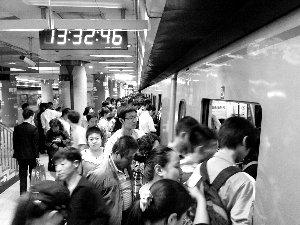 早晚高峰地铁的拥挤已经成为常态。晨报记者王巍/摄
