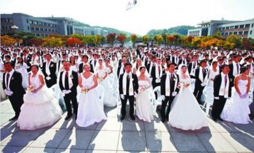 图为韩国牙山举办的一场集体婚礼。