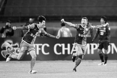 朗征(左)在进球后与队友马季奇庆祝
