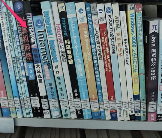 * 在平壤的金策工业综合大学图书馆里,有着计算机主题的图书(绝大多数竟然都是由中国出版社出版的中文书籍)