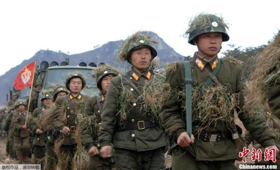 """原文配图:  当地时间3月11日,朝鲜《劳动新闻》刊登大量朝鲜士兵紧张训练的图片,反制韩美两国于当天启动的代号为""""关键决断""""的联合军演,振奋朝鲜国内士气。"""