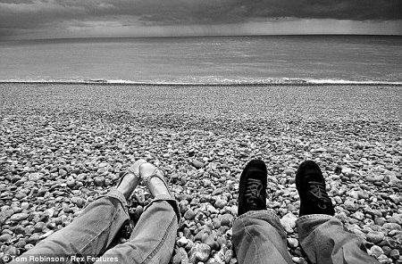 """2005年,汤姆和维莉蒂在英国布莱顿海滩拍摄了第一张""""脚丫合照"""""""
