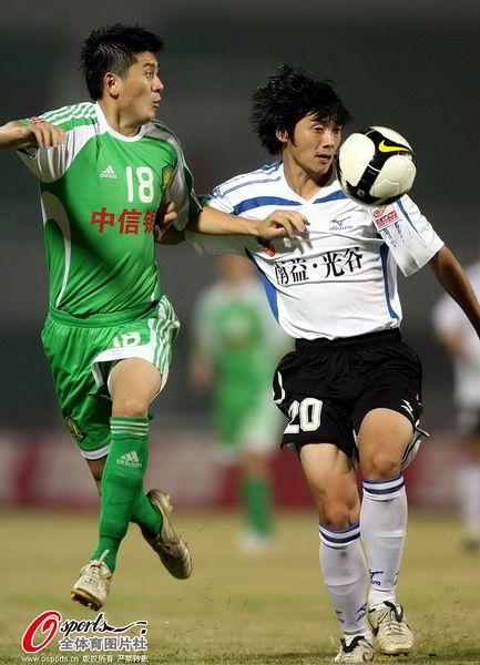 张辛昕(右)2008赛季代表武汉队客场战国安
