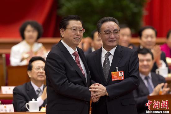 3月14日,十二届全国人大一次会议在北京人民大会堂举行第四次全体会议。会上,张德江当选第十二届全国人民代表大会常务委员会委员长。图为吴邦国与张德江握手。中新社发 盛佳鹏 摄