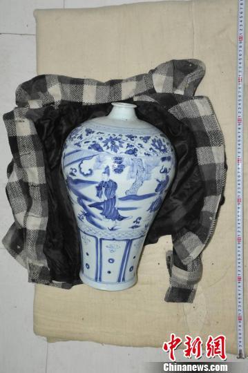 图为警方从山洞中找到的瓷瓶。 警方供图 摄