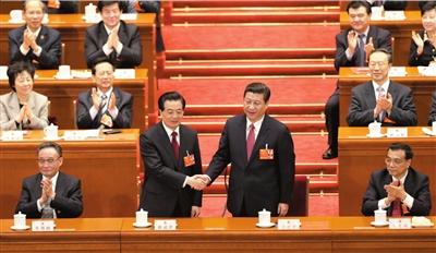 昨天,习近平当选国家主席和国家军委主席,胡锦涛与习近平亲切握手,表示祝贺。新华社发