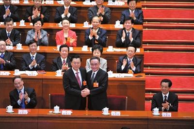 昨天,张德江当选人大常委会委员长,吴邦国向他表示祝贺。京华时报记者张斌摄