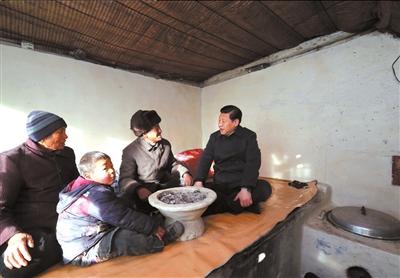2012年12月29日至30日,习近平在河北省阜平县看望慰问困难群众。新华社发