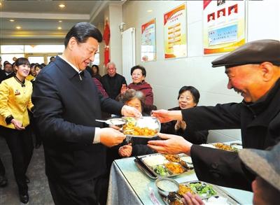 2013年2月4日,习近平来到兰州的一家养老餐厅为七旬老人端饭。新华社发