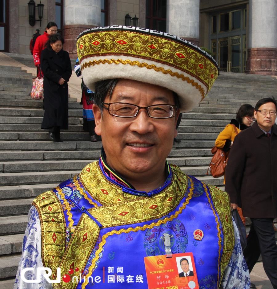 少数民族人大代表各具特色的民族服饰成为一道靓丽的风景线.(记者