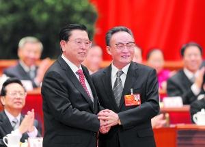 昨日,张德江当选第十二届 全国人民代表大会常务委员会委员长后,与吴邦国亲切握手。