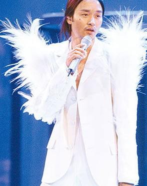 张国荣逝世十年,至今仍受万千歌迷爱戴。
