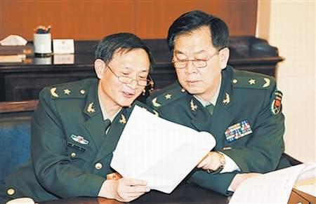3月14日,解放军代表团分组酝酿国务院总理、国家军委副主席和委员人选。图为小组会上,军队人大代表在认真讨论。本报记者