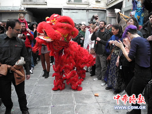 北京 聚居区/希腊嘉年华走进移民聚居区 舞龙舞狮表演吸引华人(组图)