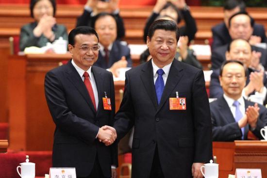 3月15日,十二届全国人大一次会议在北京人民大会堂举行第五次全体会议。大会经投票表决,决定李克强为中华人民共和国国务院总理。图为习近平和李克强握手。新华社记者 李涛 摄 新华网