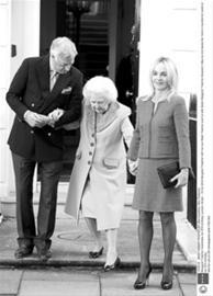 去年10月,撒切尔夫人在儿子儿媳的搀扶下,参加生日庆典。