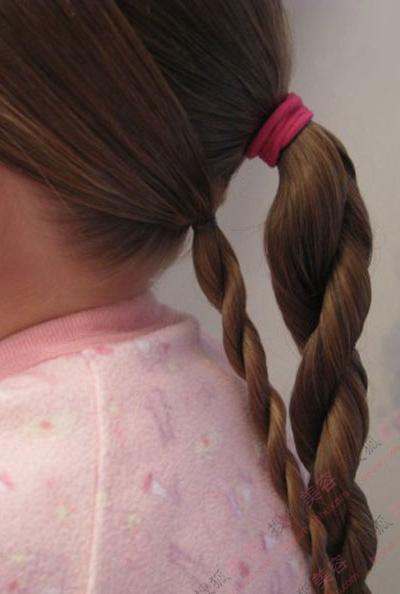 将头发分成三分,除去前面的刘海部分,后面的头发先用皮筋扎起来.图片
