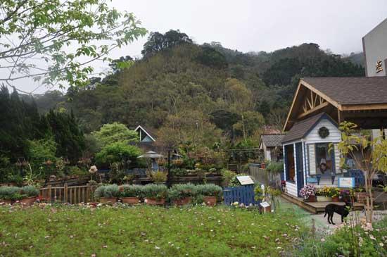 是一间充满浓浓花香以及温馨欧式风格的庭园咖啡艺廊.