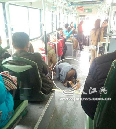 公交车上惊现用英文乞讨者高清图片