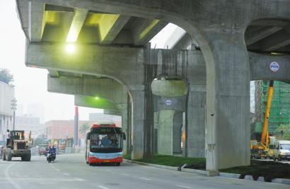 3月16日,二环路万达广场路口1.4公里的底层沥青道路正式通车。