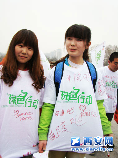 """高校女生身着印有""""绿色行动""""字样的T恤宣传环保"""
