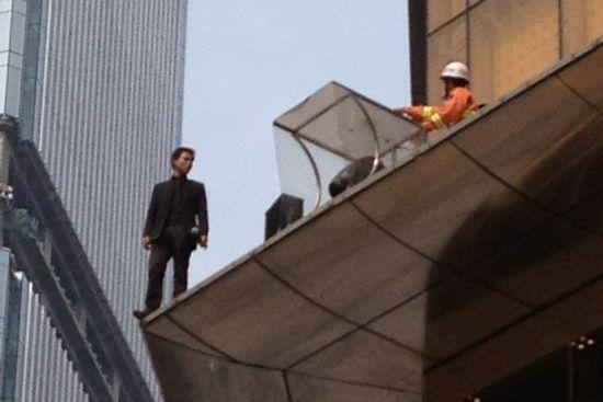 重庆男闹市区跳楼引围观 掉落安全气垫获救(图)图片