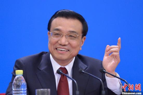 3月17日,中国国务院总理李克强等在北京人民大会堂金色大厅会见采访十二届全国人大一次会议的中外记者,并回答记者提问。中新社发 韦亮 摄