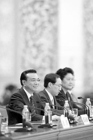 记者会上,孙宁(中)就坐在总理身边 新华社发