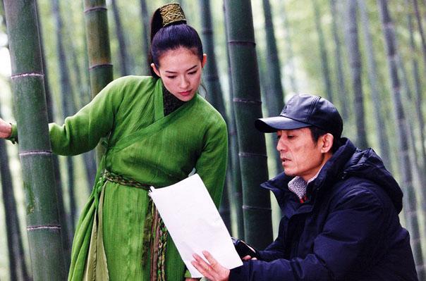 资料图:张艺谋和章子怡在茶山竹海景区内,拍摄电影《十面埋伏》。