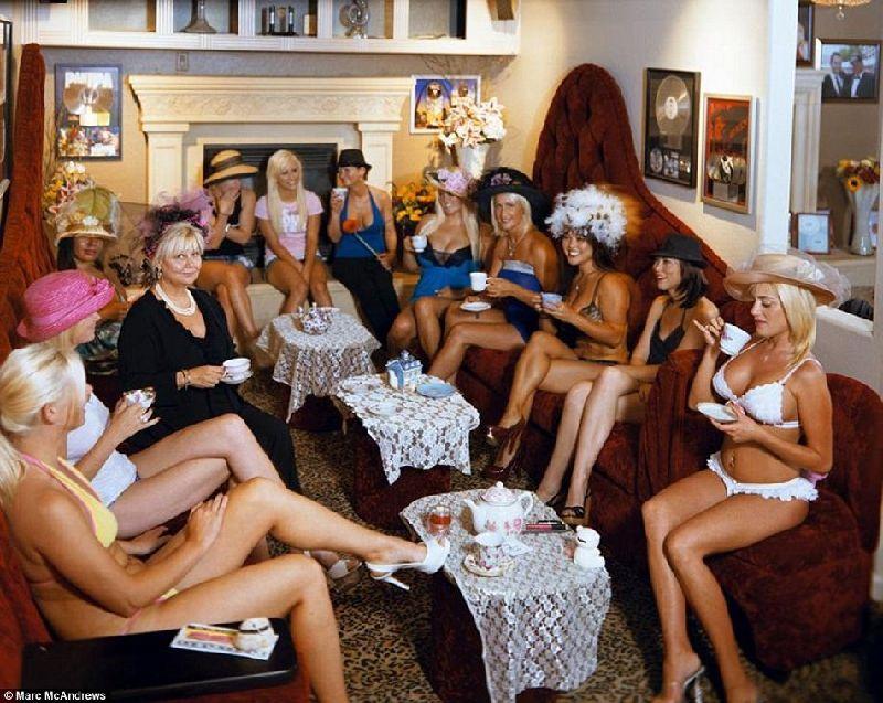 妓院里的女孩们在举行下午茶派对