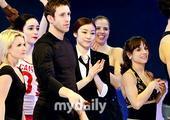图文:金妍儿再次致敬杰克逊 金妍儿鼓掌