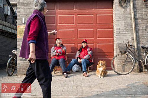 杜春风(中)和高峰平(右)正在街头执勤(美国《纽约时报》网站)