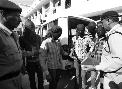 3月18日,印度中央邦,涉嫌轮奸瑞士女游客的男子被押往法庭。据悉,6名男子均面临抢劫指控,其中4人面临强奸指控。