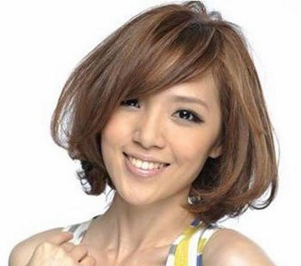 微斜的刘海,短卷发发型时尚个性,棕系发色,这些适合矮个子女生得发型
