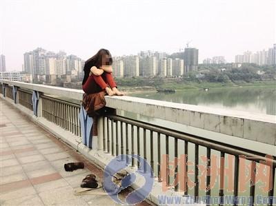 不到20个小时内,一名重庆女子先后三次坐在天元大桥的护栏上,扬言要跳