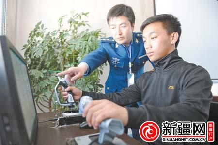 3月18日,一名考生在进行心理品质测试之一的模拟飞行状态项目测试。