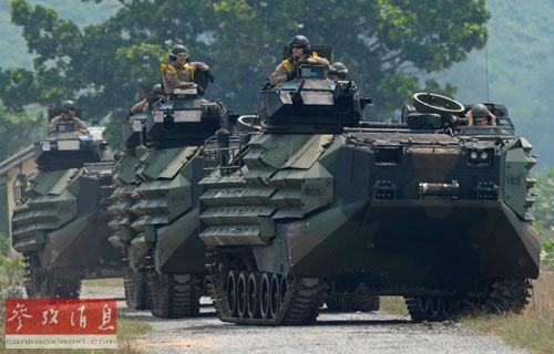 """2月14日,美国海军陆战队士兵在泰国梭桃邑一个海军基地参加""""金色眼镜蛇-2013""""多国联合军事演习,进一步提升与亚洲盟友的军事关系。(法新社)"""